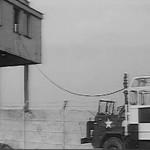 """Budynek portu lotniczego w roli bazy amerykańskiej (film """"Paryż Warszawa bez wizy"""")"""