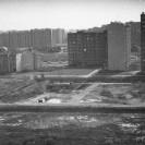 Bloki przy ul. Irzykowskiego i plac budowy szkoły