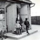 Ze święconką przed kaplicą przy ul. Markiewicza