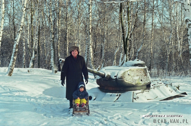 Zimą przy czołgu na poligonie WAT