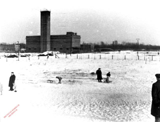 Widok zewnętrznej kotłowni WAT, ok. 1958 r.