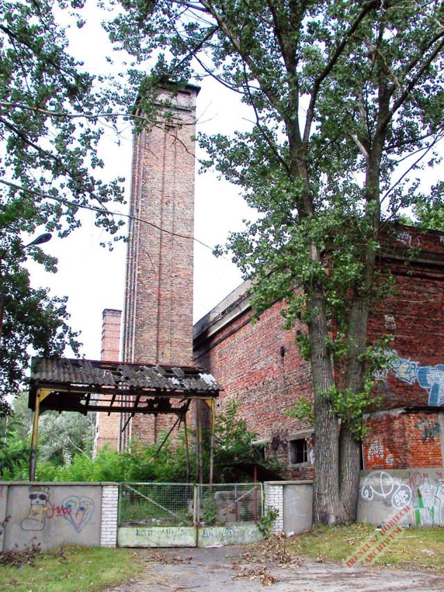 Widok murowanego ogrodzenia kotłowni WAT, ok. 2001 r.