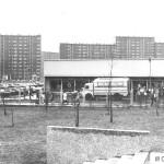 Sklep spożywczy przy ul. Szadkowskiego. Przed pawilonem ludzie udający się po zakupy. Zdjęcie z lat 80.